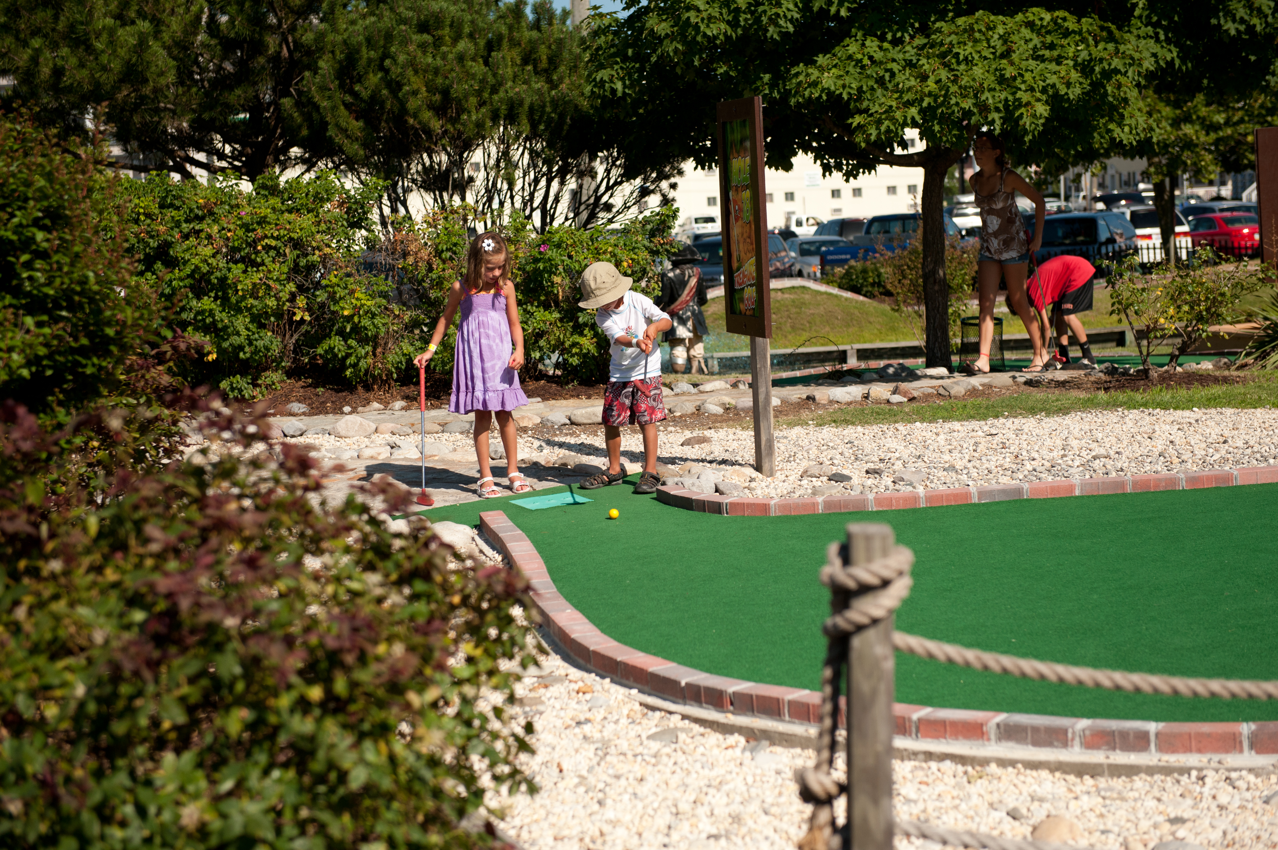 kids playing mini golf in ocean city